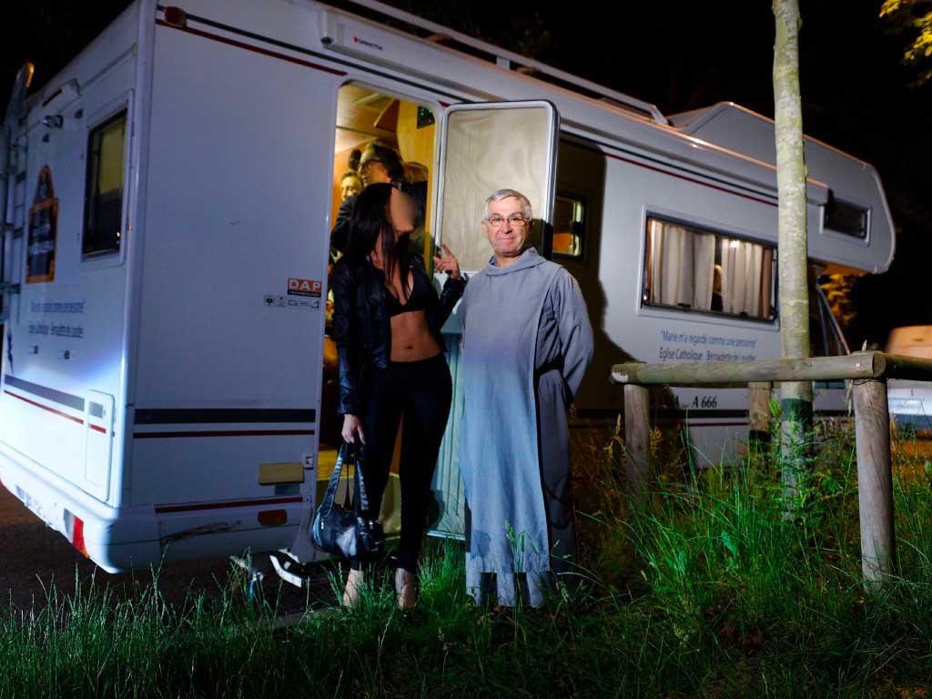 femme_prêtre_prostitution_boisdeboulogne_