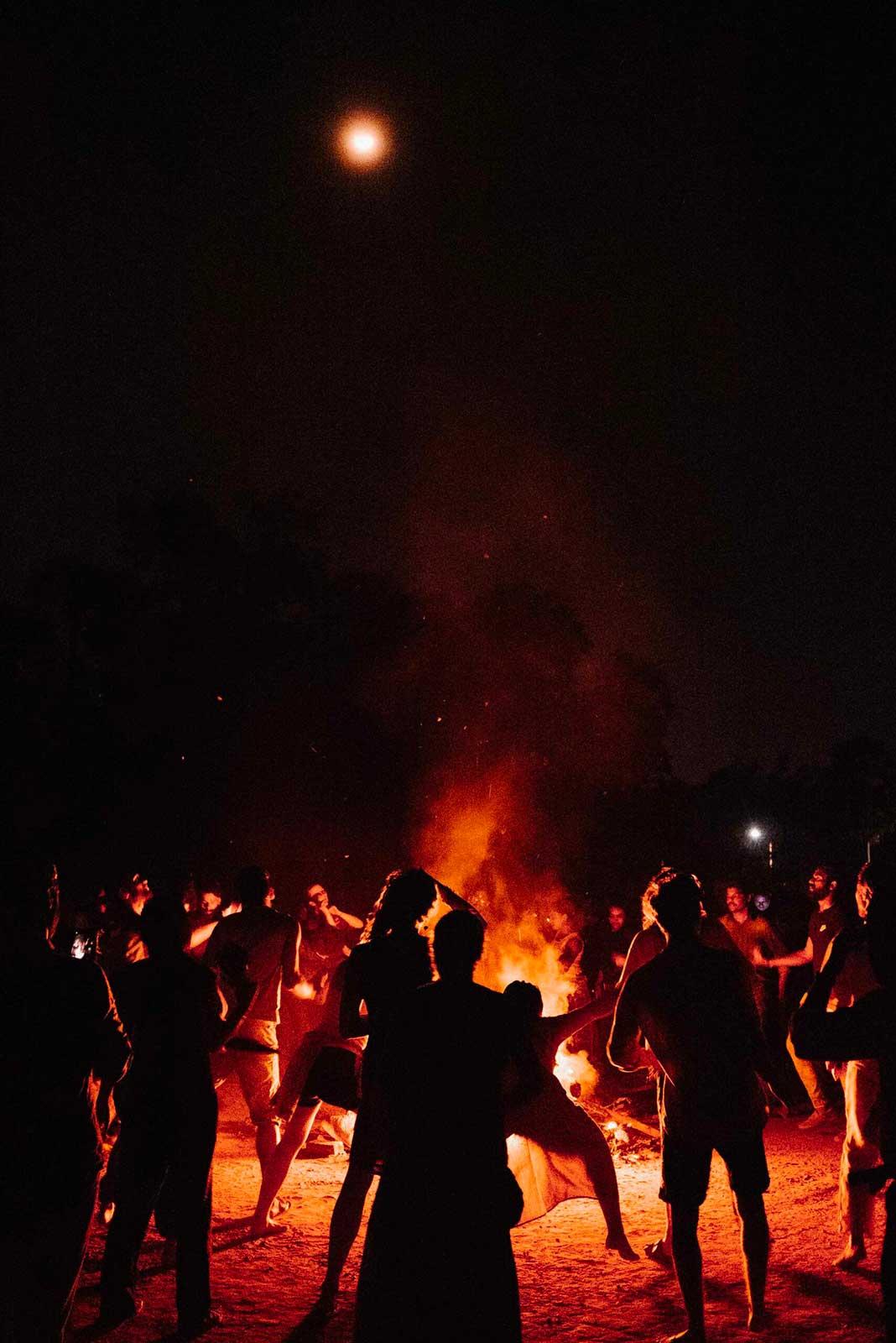 feu_soirée_groupe_jeunes_inde_célébration