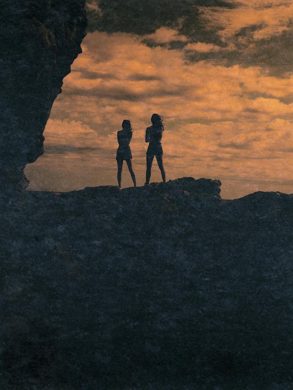 femmes_coucher_de_soleil_ciel_orange