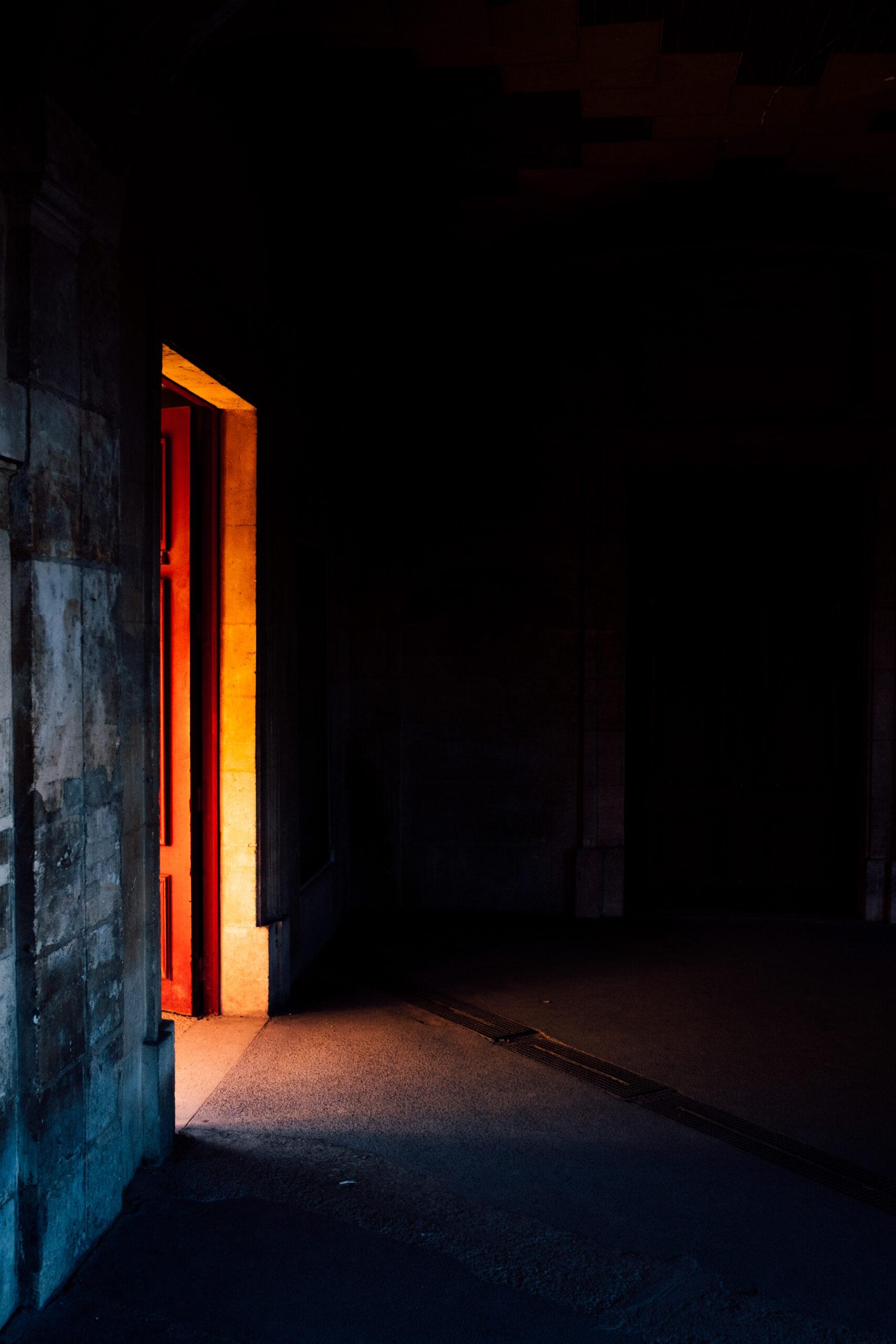 porte_lumière_sombre_noir_couloir